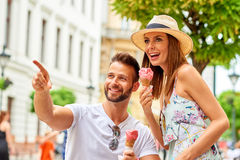 Jeunes ajouter de touristes à la glace Image libre de droits