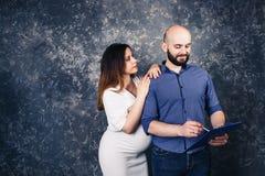 Jeunes ajouter enceintes à un presse-papiers dans leurs mains photos stock