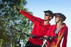 Jeunes ajouter folâtres aux vélos de montagne Photos libres de droits