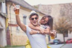 Jeunes ajouter heureux à la bière sur la rue Photographie stock libre de droits