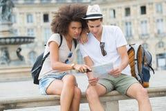 Jeunes ajouter heureux à la ville t de carte Image stock