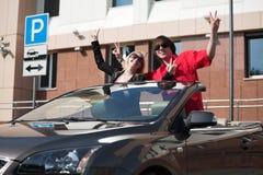 Jeunes ajouter heureux à un véhicule Photos stock