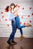Jeunes ajouter heureux au coeur dans l'onbackground de mains images stock