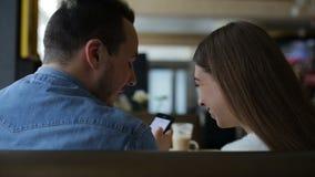 Jeunes ajouter heureux au smartphone en café clips vidéos