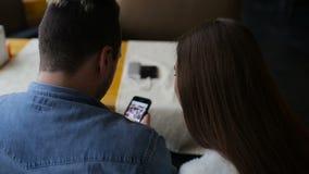 Jeunes ajouter heureux au smartphone en café banque de vidéos