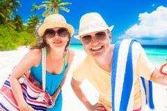 Jeunes ajouter heureux aux accessoires de plage ayant l'amusement par la plage Images stock