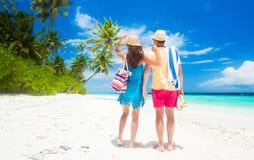 Jeunes ajouter heureux aux accessoires de plage ayant l'amusement par la plage Photos stock