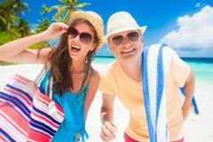 Jeunes ajouter heureux aux accessoires de plage ayant l'amusement par la plage Photos libres de droits