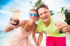Jeunes ajouter heureux aux cocktails ayant l'amusement par la plage Photos libres de droits