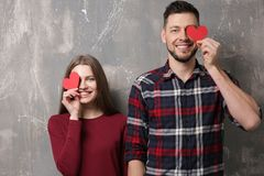 Jeunes ajouter heureux aux coeurs rouges Images libres de droits