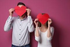 Jeunes ajouter heureux aux coeurs rouges Photo libre de droits