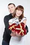 Jeunes ajouter heureux aux coeurs rouges Photos stock