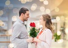 Jeunes ajouter heureux aux fleurs dans le mail Image stock