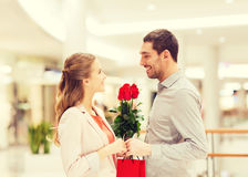 Jeunes ajouter heureux aux fleurs dans le mail Image libre de droits