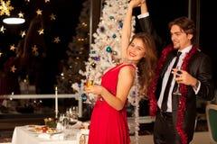 Jeunes ajouter heureux aux glaces de champagne Image stock