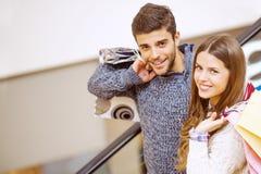 Jeunes ajouter heureux aux paniers Photos stock