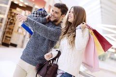 Jeunes ajouter heureux aux paniers Image stock