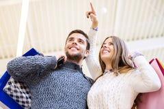 Jeunes ajouter heureux aux paniers Photo stock
