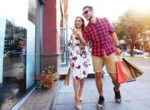Jeunes ajouter heureux aux paniers dans la ville Photo stock