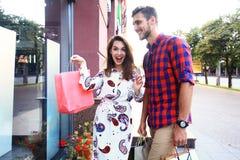 Jeunes ajouter heureux aux paniers dans la ville Image stock
