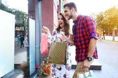 Jeunes ajouter heureux aux paniers dans la ville Photo libre de droits