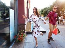 Jeunes ajouter heureux aux paniers dans la ville Photos libres de droits