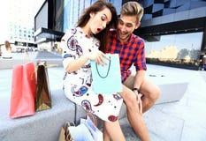 Jeunes ajouter heureux aux paniers dans la ville Photographie stock