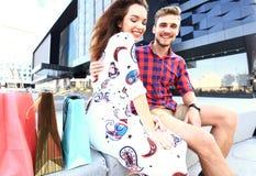 Jeunes ajouter heureux aux paniers dans la ville Images stock