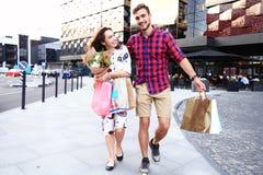 Jeunes ajouter heureux aux paniers dans la ville Photographie stock libre de droits