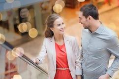 Jeunes ajouter heureux aux paniers dans le mail Photographie stock