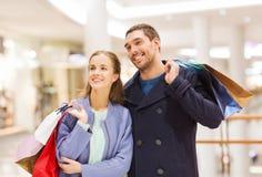 Jeunes ajouter heureux aux paniers dans le mail Photographie stock libre de droits