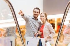 Jeunes ajouter heureux aux paniers dans le mail Photos stock