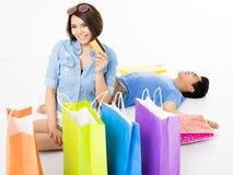 Jeunes ajouter heureux aux paniers et à la carte de crédit Photos libres de droits