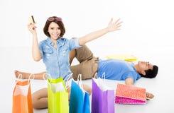 Jeunes ajouter heureux aux paniers et à la carte de crédit Image stock
