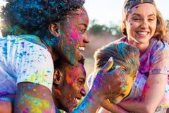 Jeunes ajouter multi-ethniques à la peinture colorée sur des vêtements ferroutant au festival de holi Image stock
