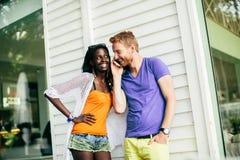Jeunes ajouter multiraciaux au téléphone portable Photographie stock