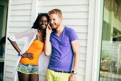 Jeunes ajouter multiraciaux au téléphone portable images stock