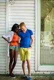 Jeunes ajouter multiraciaux au téléphone portable Photos libres de droits