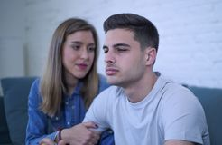 Jeunes ajouter 20s à l'homme triste et le coeur brisé déprimé et amie de souffrance de douleur peut-être donnant à son ami l'aide Images stock