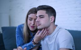 Jeunes ajouter 20s à l'homme triste et le coeur brisé déprimé et amie de souffrance de douleur peut-être donnant à son ami l'aide Image stock