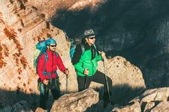Jeunes alpinistes se tenant avec le sac à dos Photos stock