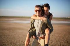 Jeunes amants ayant l'amusement sur un fond naturel Date romantique mignonne Concept de relations Copiez l'espace Photographie stock