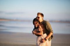 Jeunes amants ayant l'amusement sur un fond naturel Date romantique mignonne Concept de relations Copiez l'espace Image libre de droits