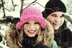 Jeunes amants de couples en hiver Photos stock