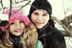 Jeunes amants de couples en hiver Images stock