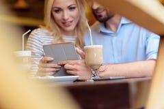 Jeunes amants heureux détendant dans le cafétéria Photos stock