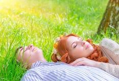 Jeunes amants se reposant dehors Photos libres de droits