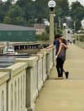 Jeunes amants sur un pont Photo libre de droits