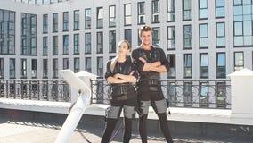 Jeunes ambitieux dans les costumes musculaires électriques banque de vidéos