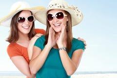 Jeunes amies attirantes pendant le jour d'été Photo libre de droits